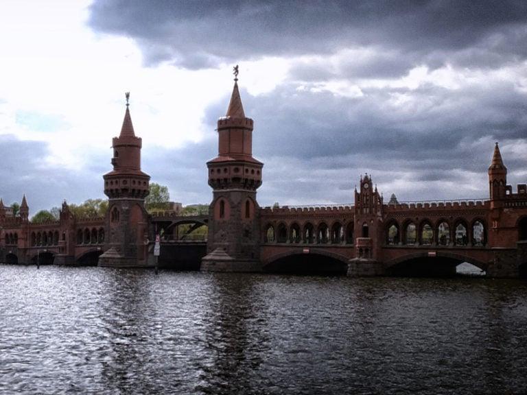 Die Oberbaumbrücke aus Backstein mit ihren zwei Türmen in Berlin an einem bewölkten Tag.