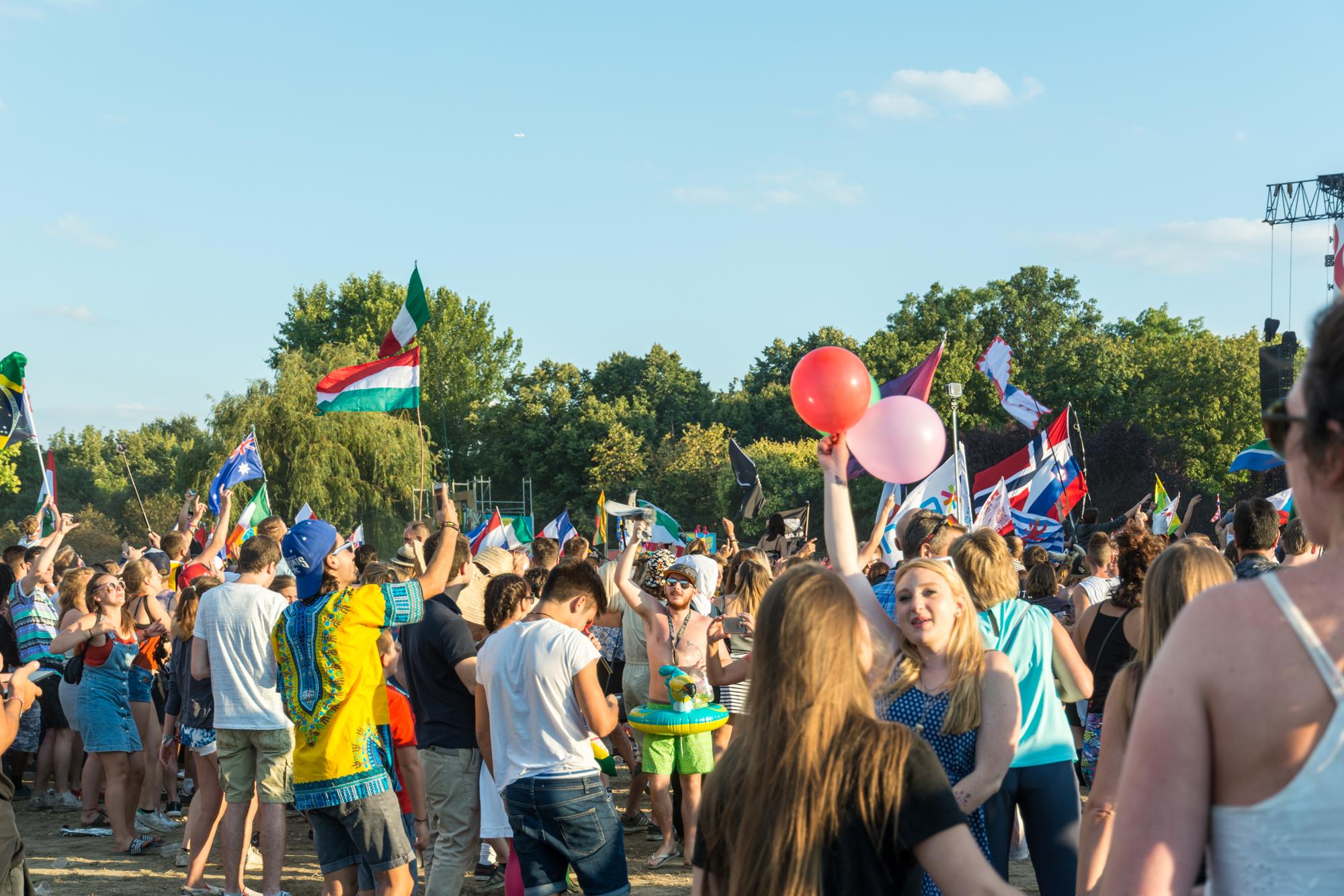 Menschen mit Flaggen unterschiedlicher Nationen auf dem Festival