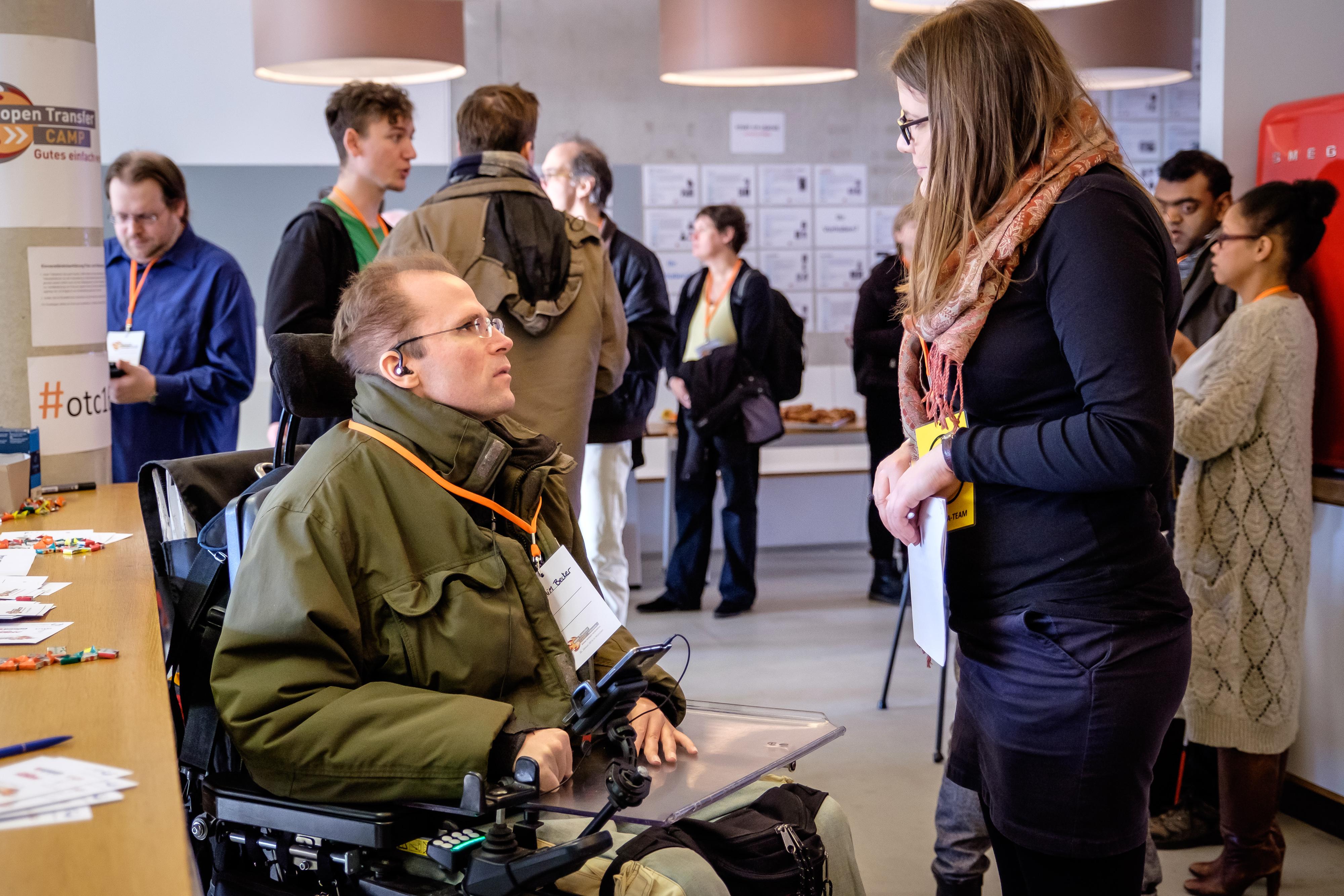 Rollstuhlfahrer im Gespräch mit einer Fußgängerin beim openTransfer CAMP #Inklusion 2016 in München #otc16