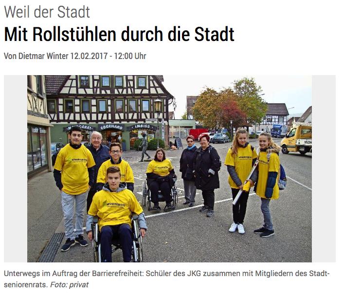 Schüler*innen in gelben Shirts und teilweise mit Rollstühlen zusammmen beim Mapping in Weil der Stadt bei der Wheelmap-Aktion des Landkreises Böblingen.