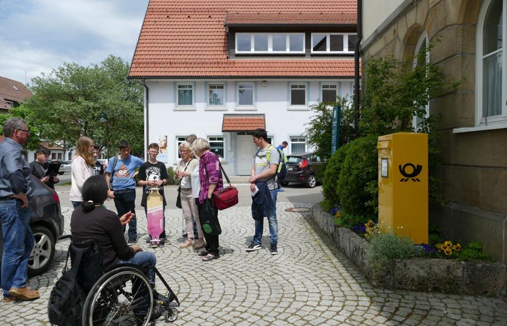 Teilnehmer*innen bei der Schulaktion im Landkreis Reutlingen vor einem Briefkasten