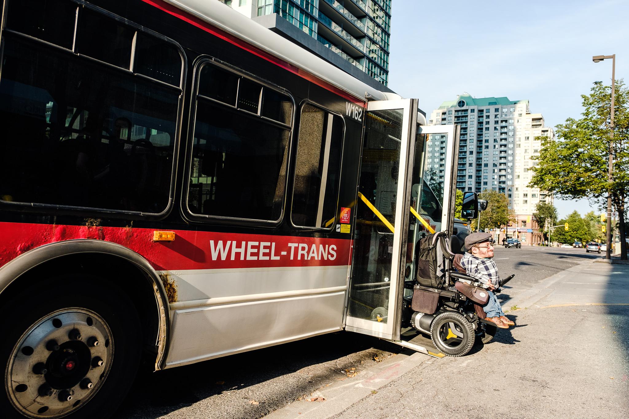 Der Fahrdienst bietet Platz für 3 Personen mit Rollstuhl und deren Begleitung.