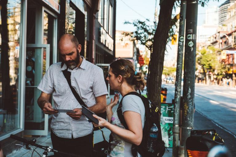 Foto von zwei Personen auf einer Straße