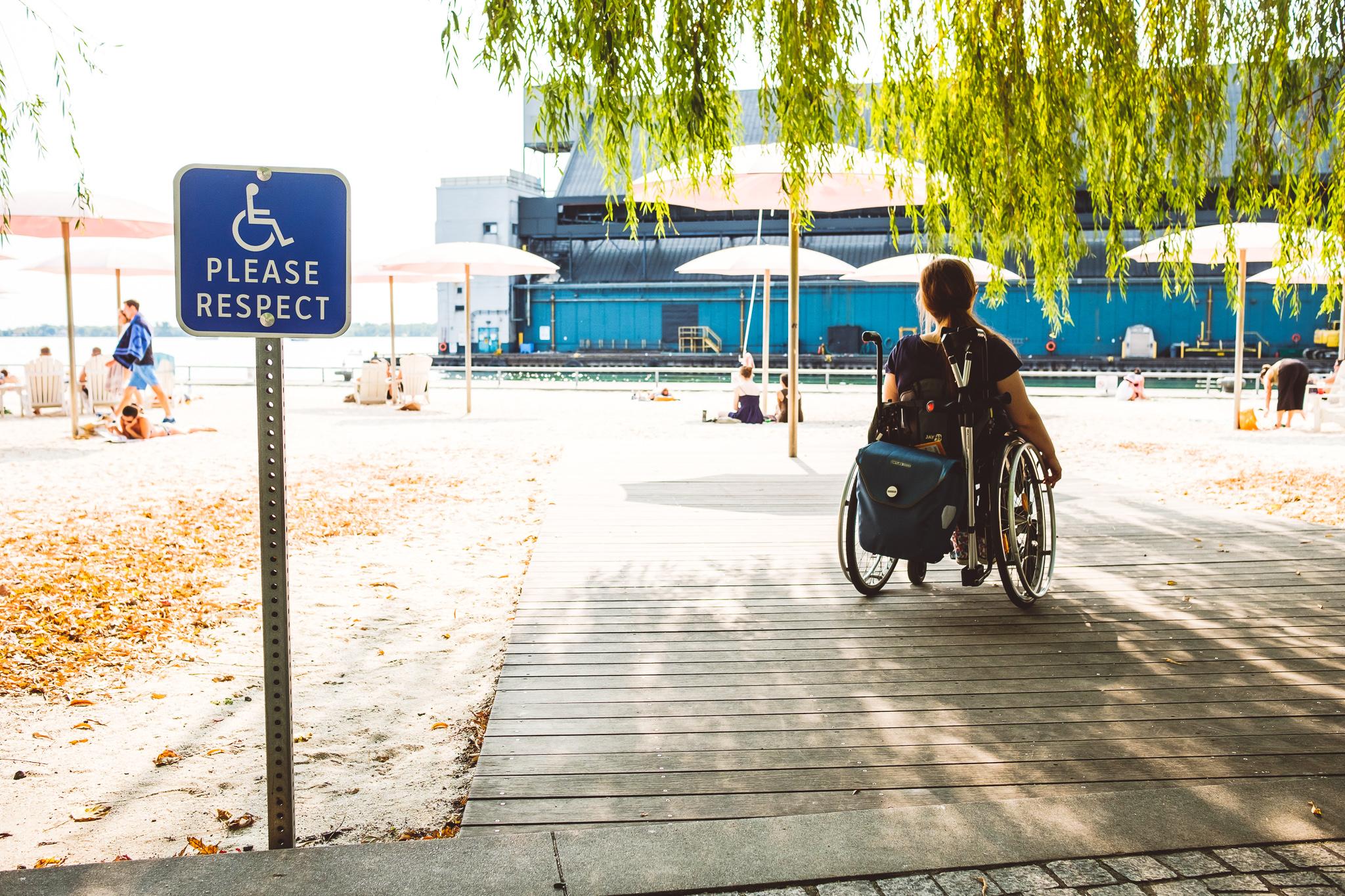 """""""Please respect"""" – Rollstuhlfahrer*innen werden in Toronto auch am City Beach selbstverständlich eingeplant."""