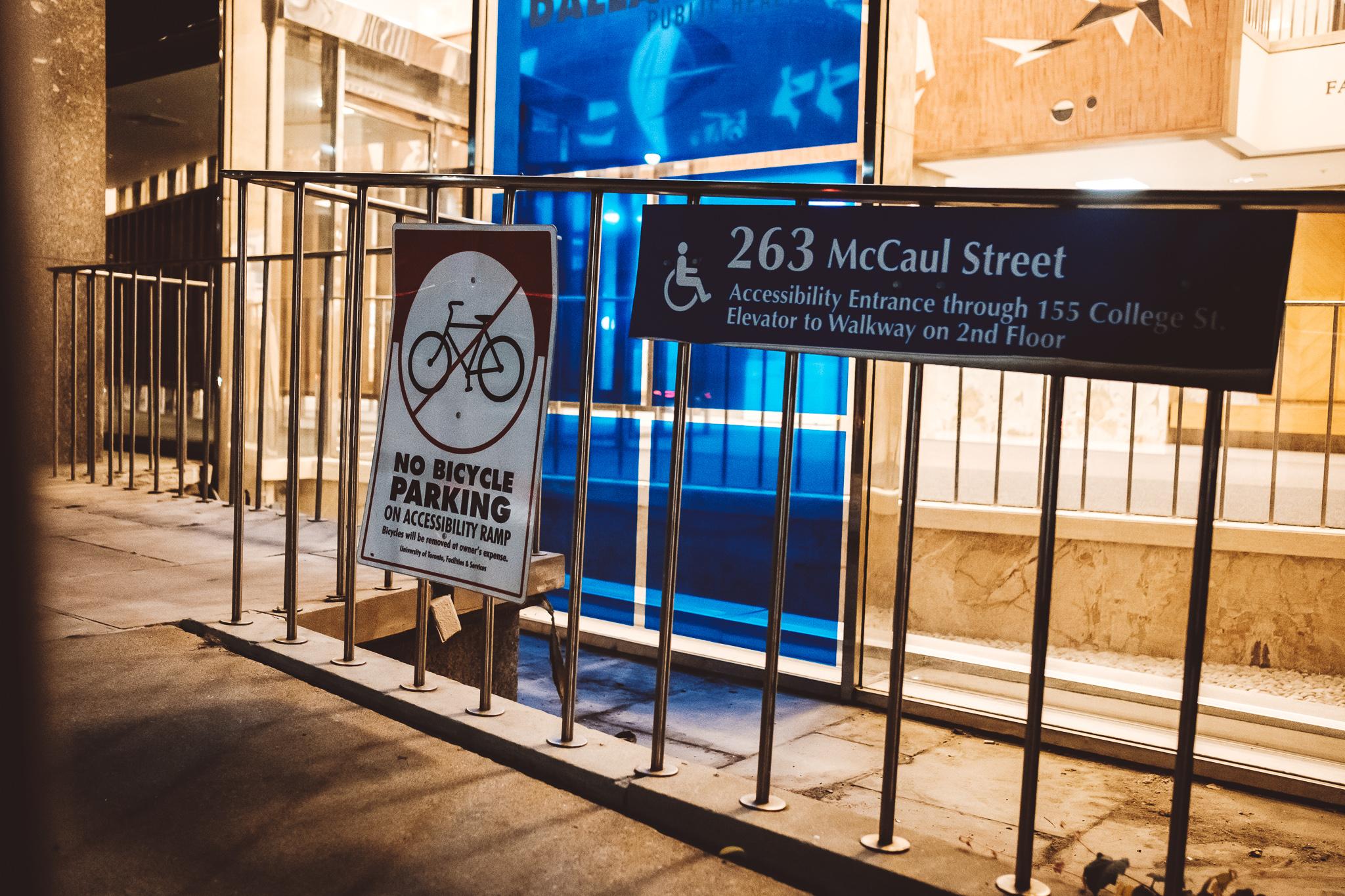 In Toronto werden die Informationen für Rollstuhlfahrer*innen selbstverständlich mitgedacht.