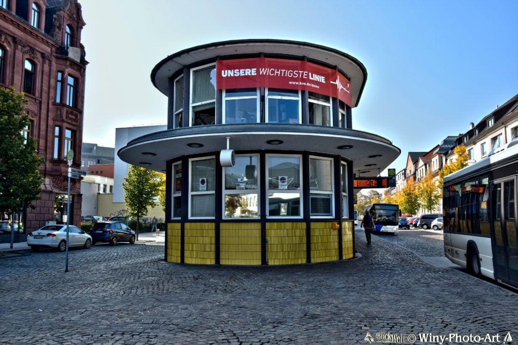 Ein rundes Gebäude mit vielen Fenstern und einer Anzeigetafel steht am ZOB.