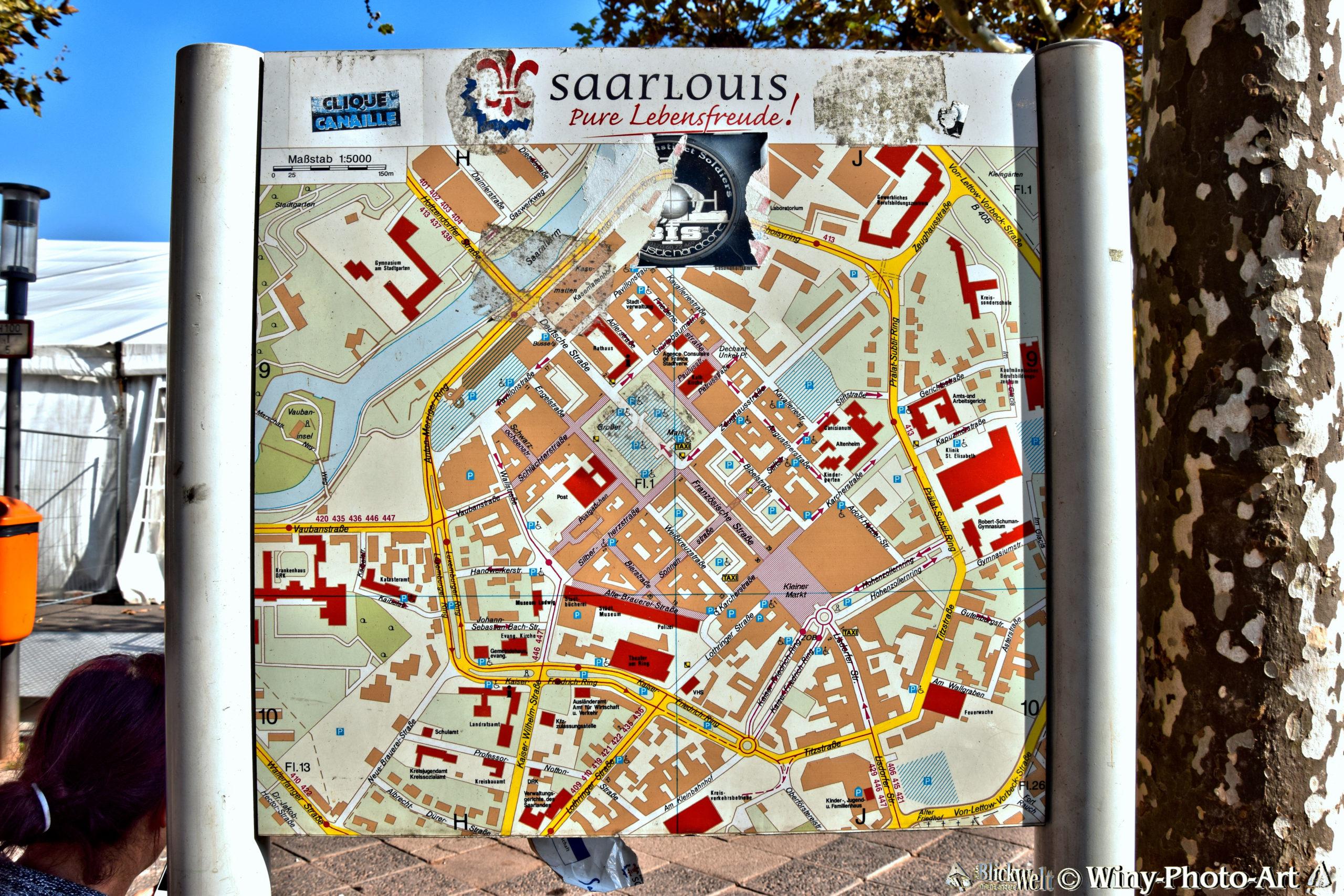 Auf einem Schild ist eine Karte von Saarlouis zu sehen.