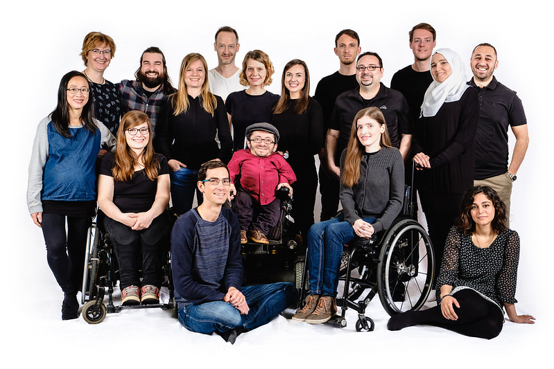 Ein Gruppenbild der Sozialheld*innen mit Menschen mit und ohne Behinderung