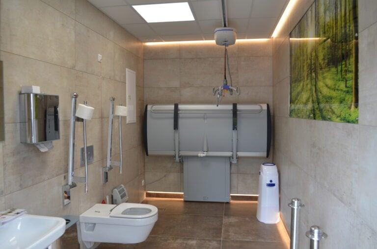 Foto von einer Toilette für alle inklusive: Pflegeliege und Deckenlifter