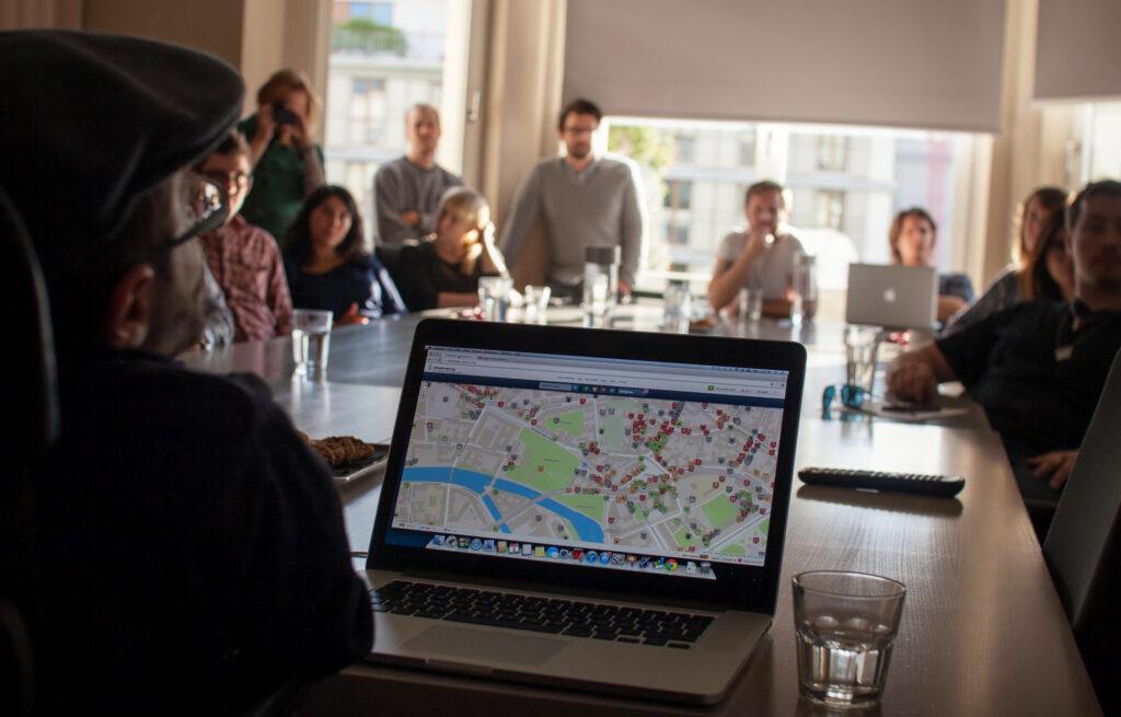 Eine Person hat auf einem Laptop die Wheelmap geöffnet