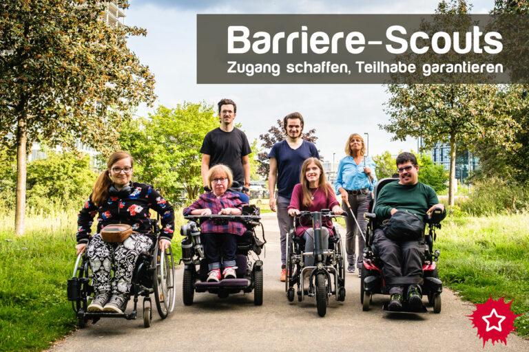 Sieben Menschen mit verschiedenen Behinderungen bewegen sich als Gruppe auf die Kamera zu. Einige sitzen z.B. im Rollstuhl, eine Frau benutzt einen Langstock. Darüber steht: Barriere-Scouts, Zugang schaffen, Teilhabe garantieren.